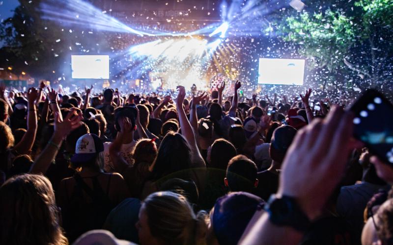 invisit events triptik 2 - crowds at a concert